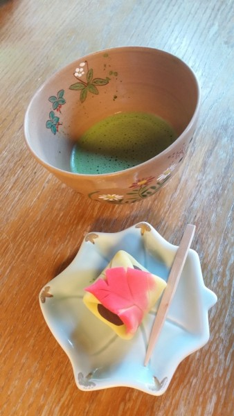 matcha green tea and wagashi in kenrokuen garden
